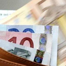 Tredicesime, 44,3 miliardi di euro per 34 milioni di italiani. La metà va agli acquisti. Cresce il risparmio: sotto il materasso 11 miliardi