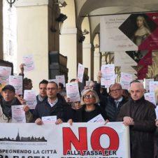 """Ztl, flash mob in via Po: """"No alla tassa d'ingresso, salviamo le nostre imprese"""""""
