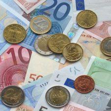 """Confesercenti: """"I consumi non recuperano. In sei mesi spariti 2.300 euro di spesa a famiglia. Vendite quasi dimezzate per l'abbigliamento, affondano ristoranti e attività ricreative"""""""