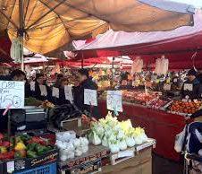 Sui mercati si possono vendere soltanto generi alimentari: le altre merceologie indicate nell'allegato 23 del Dpcm sono vendibili solo all'esterno delle aree mercatali o in forma itinerante. Chiariti finalmente i dubbi degli ambulanti