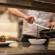 """Confesercenti: """"A Torino un terzo dei bar e dei ristoranti non riapre neppure con la zona gialla. Per gli altri la ripresa è molto deludente: attività ridotta al 30%, sia in mattinata, sia nella pausa pranzo. Il blocco dell'asporto sarebbe un inutile e incomprensibile accanimento"""""""
